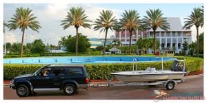 H2O Bonefishing : Skiff in front of Pelican Bay Hotel